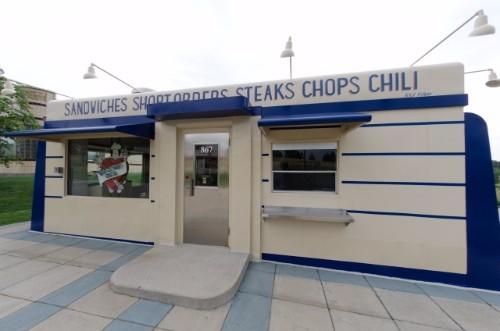 紺のテントがオシャレなレストラン